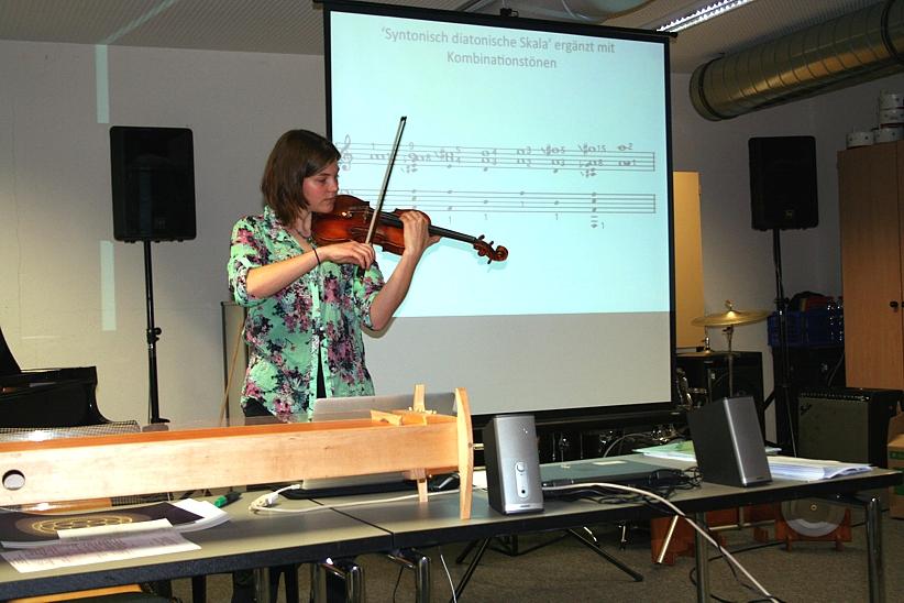 Angela Lohri bei ihrer Präsentation: Kombinationstöne in der Harmonik, 2012.