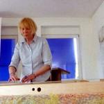 Chriszina Baudenschlager beim Vorführen von Monochord-Musik