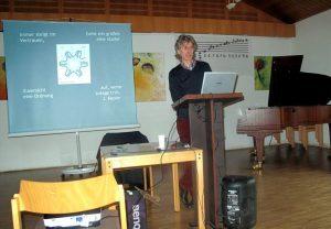 Hartmut Warm bei seinem Vortrag Metamorphosen & Synchronizitäten im Planetensystem 2016